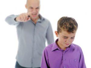 Dạy con bằng đòn roi ảnh hưởng lớn đến tâm lý của trẻ